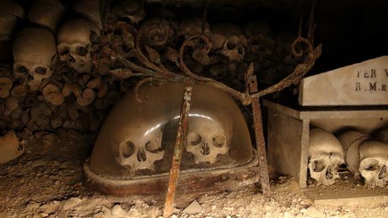 cemetri-skulls-glas